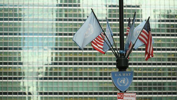 Флаги США и ООН у здания штаб-квартиры ООН в Нью-Йорке. - Sputnik Абхазия