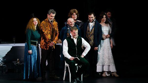 Предпремьерный показ спектакля На всякого мудреца довольно простоты в РУСДРАМе - Sputnik Абхазия