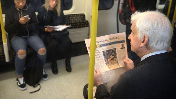 Пассажиры в вагоне на станции лондонского метро, архивное фото - Sputnik Абхазия