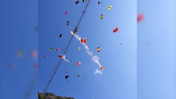 Массовый прыжок парашютистов в Сочи - Sputnik Абхазия