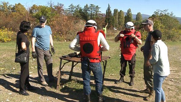Абхазские спасатели совместно с представителями миссии МККК в Абхазии проводят тренинги и практические занятия на одном из полигонов в Сухумском районе - Sputnik Абхазия
