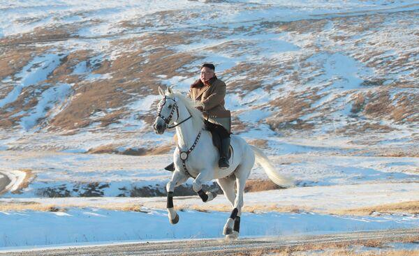 Северокорейский лидер Ким Чен Ын скачет на лошади во время снегопада на горе Паекту - Sputnik Абхазия
