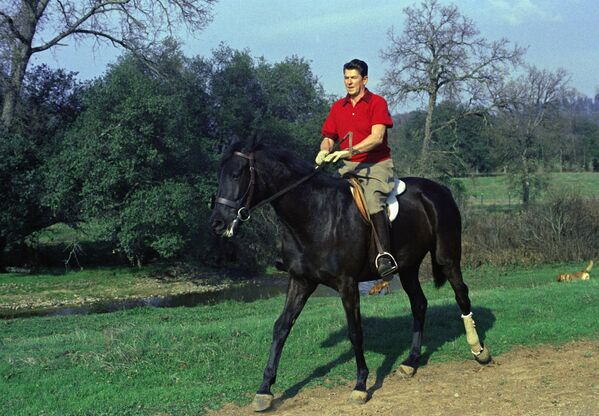Губернатор Калифорнии Рональд Риган верхом на лошади на своем ранчо возле Оберна, Калифорния - Sputnik Абхазия