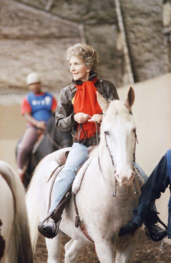 Первая леди Нэнси Рейган верхом на лошади в Вашингтоне - Sputnik Абхазия