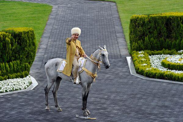 Президент Туркменистана Гурбангулы Бердымухамедов на ахалтекинском жеребце принимает участие в праздновании Дня лошади в Ашхабаде - Sputnik Абхазия