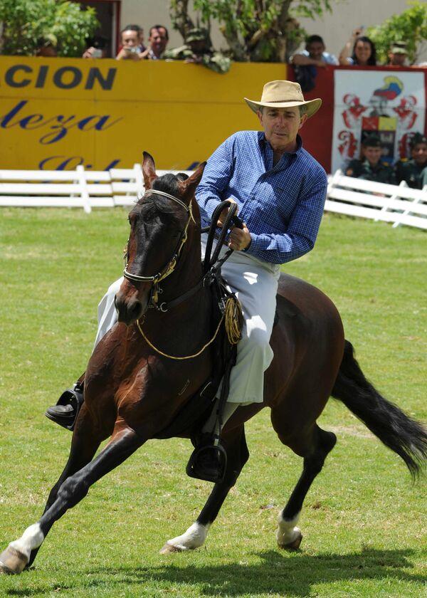 Президент Колумбии Альваро Урибе едет на лошади во время празднования годовщины битвы в Боготе - Sputnik Абхазия