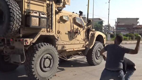 Курды забросали покидающих Сирию американских военных помидорами и камнями - Sputnik Абхазия
