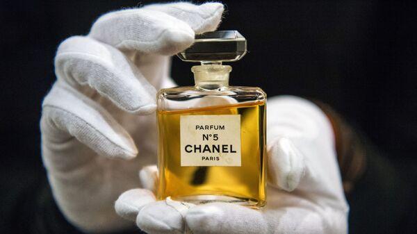 Флакон духов Chanel № 5 на выставке I love Chanel. Частные коллекции в МВЦ Музей Моды в Москве - Sputnik Аҧсны