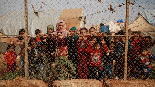 Сирийские дети у забора палаточного лагеря недалеко от деревни Кафр-Лусин, Сирия - Sputnik Абхазия