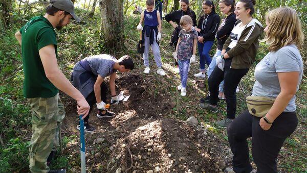Школьники из Гала приняли участие в раскопках на проекте Тайны Великой Абхазской стены - Sputnik Абхазия