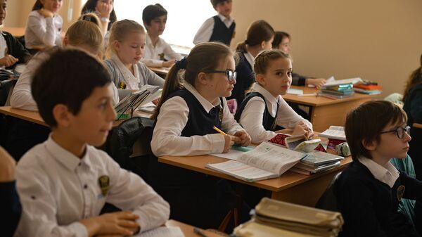 Ученики Сухумской школы №2 вернулись в учебное заведение  - Sputnik Абхазия