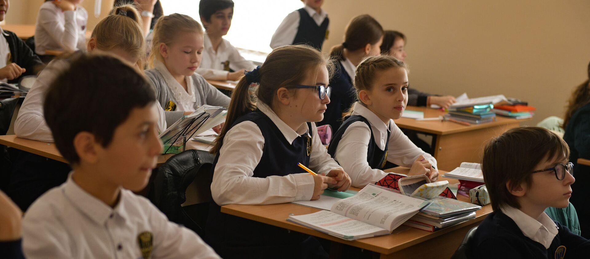 Ученики Сухумской школы №2 вернулись в учебное заведение  - Sputnik Абхазия, 1920, 06.08.2021