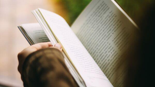 Девушка с книгой  - Sputnik Аҧсны