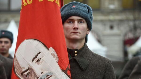 Участник марша, приуроченного к 78-й годовщине парада 7 ноября 1941 года на Красной площади - Sputnik Абхазия