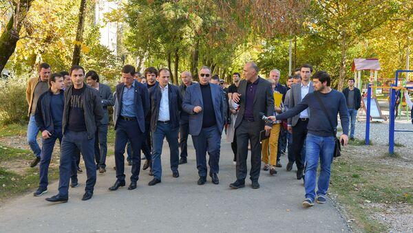 Инспекционная поездка и.о. главы города Сухум Кана Кварчия на Новый район  - Sputnik Абхазия