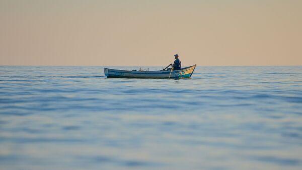 Рыбак на лодке 03.06.2020   - Sputnik Абхазия