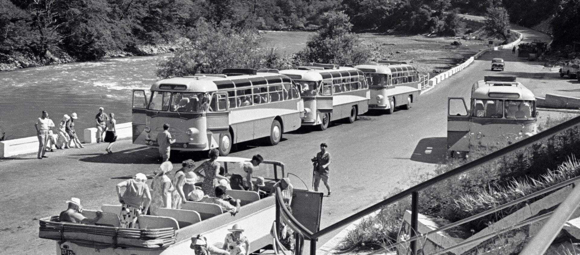 Экскурсия на озеро Рица. Стоянка туристического транспорта. 1965 год. - Sputnik Абхазия, 1920, 17.11.2019