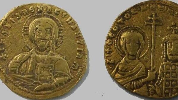 Золотые монеты византийского императора Никифора II Фоки (963-969). Темрюкский район Краснодарского края, находка 2019 года - Sputnik Абхазия
