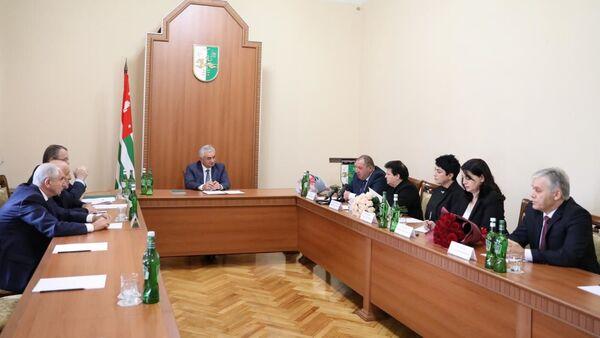 Выбор свободы: Хаджимба встретился с судьями накануне 25-летия Конституции - Sputnik Абхазия