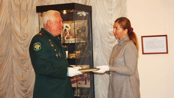 Сочинские таможенники передали в музей летопись, книги,  монеты,  штык-нож середины XVIII-XX веков - Sputnik Абхазия