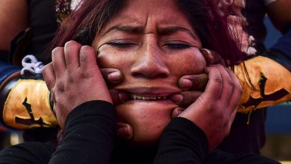 Боливийский рестлер Бланка Перес Кэти Прекрасная во время поединка с борцом-мужчиной в Эль-Альто, Боливия - Sputnik Абхазия