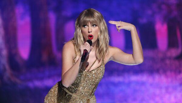 Певица Тейлор Свифт во время выступления на премии American Music Awards в Лос-Анджелесе - Sputnik Абхазия