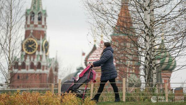 Женщина гуляет с ребенком в парке Зарядье в Москве - Sputnik Абхазия