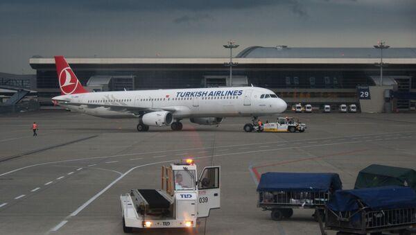Самолет Airbus A321 авиакомпании Turkish Airlines в аэропорту Внуково в Москве. - Sputnik Абхазия