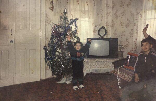 Корреспондент Сария Кварацхелия не скрывает эмоции от приближения главного праздника и получения подарков - Sputnik Абхазия
