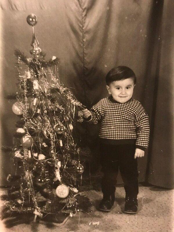 Очень довольный звукорежиссер абхазской версии радио Sputnik Рустам Чочуа радуется наступлению Нового года - Sputnik Абхазия