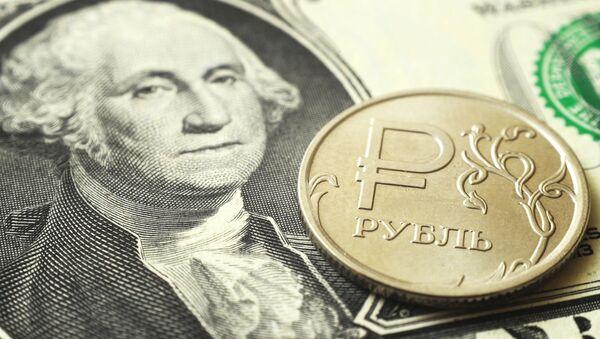 Монета номиналом один рубль на банкноте один доллар США. - Sputnik Абхазия