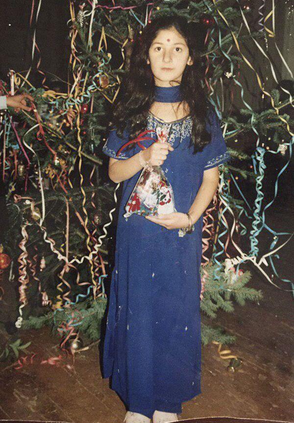Корреспондент Асмат Цвижба в детстве увлекалась Болливудом и решила удивить одноклассников индийским сари  - Sputnik Абхазия