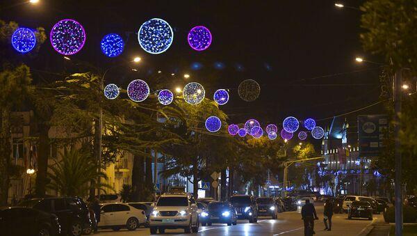 Улицы города освещены гирляндами  - Sputnik Абхазия