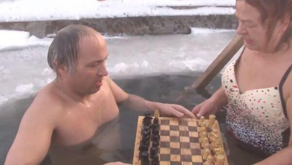 Пенсионерка из Челябинска играет в шахматы в проруби  - Sputnik Абхазия
