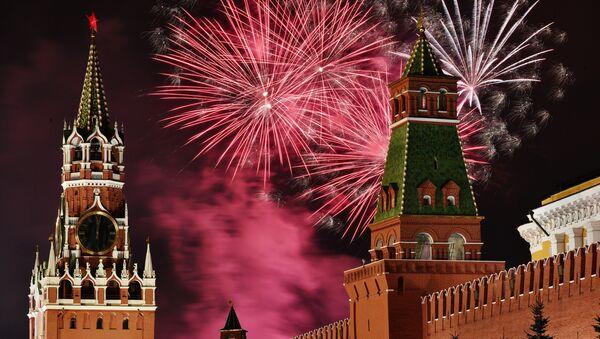 Новогодний салют над Красной площадью в Москве - Sputnik Аҧсны