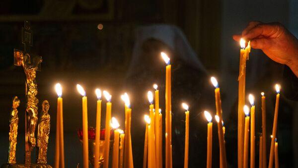 Женщина зажигает свечу  - Sputnik Аҧсны