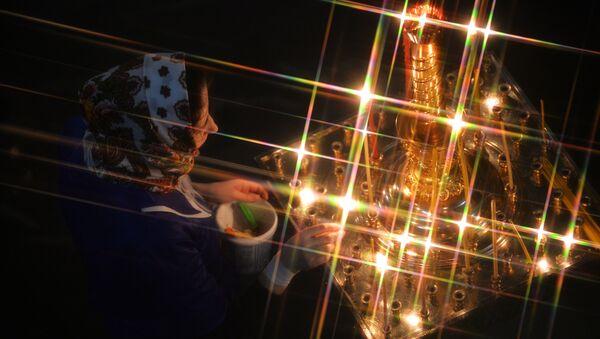 Верующая во время рождественского богослужения в соборе в Екатеринбурге - Sputnik Аҧсны