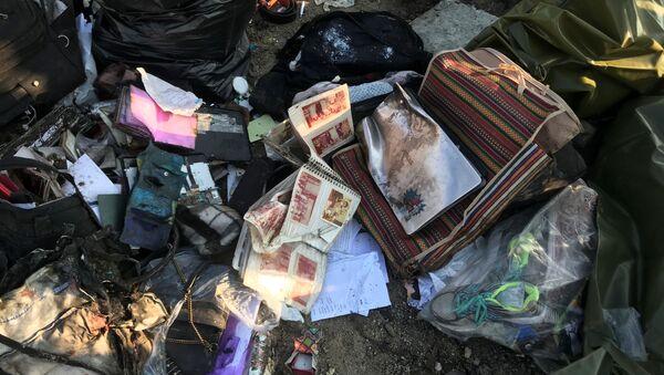 Личные вещи пассажиров на месте крушения самолета в Иране - Sputnik Аҧсны