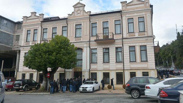 Сторонники Рауля Хаджимба собрались у здания Верховного суда.  - Sputnik Абхазия