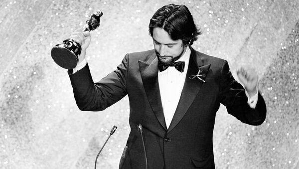 Актер Роберт Де Ниро со статуэткой на церемонии вручения премии Оскар в Лос-Анджелесе  - Sputnik Абхазия