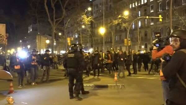 Каталонские радикалы устроили стычки с полицией из-за лишения главы женералитета места в парламенте - Sputnik Абхазия