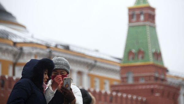 Иностранные туристы в защитных масках на Красной площади в Москве - Sputnik Аҧсны