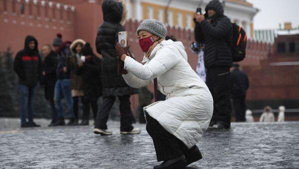 Иностранные туристы в защитных масках на Красной площади в Москве - Sputnik Абхазия