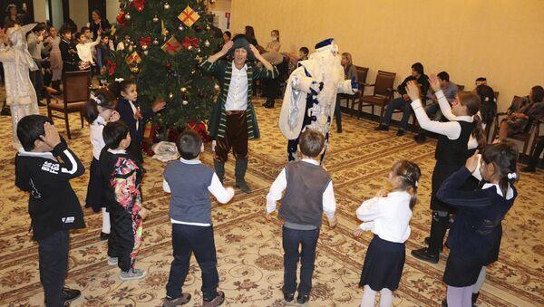 Праздник продолжается: в Доме Москвы прошло новогоднее представление для детей  - Sputnik Абхазия