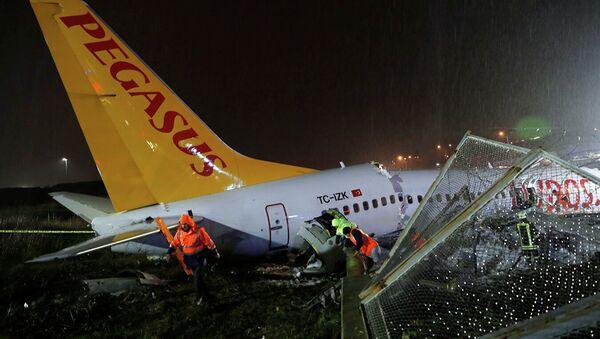 Самолет Boeing-737 авиакомпании Pegasus после жесткой посадки в Международном аэропорту имени Сабихи Гекчен в Стамбуле - Sputnik Абхазия