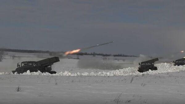 Расчеты орудий «Хоста» и РСЗО «Град» оказывают поддержку мотострелкам на учении под Оренбургом - Sputnik Абхазия
