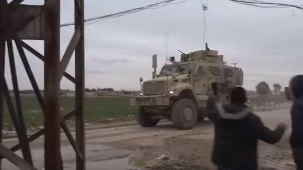 Американские войска забросали камнями в северо-восточной Сирии - Sputnik Абхазия