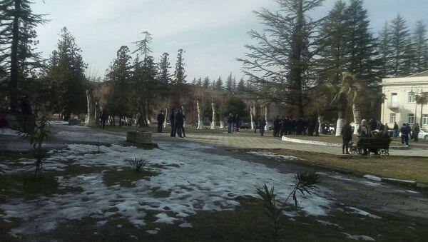 У администрации города Ткуарчал собралась группа граждан, которая заблокировала вход в здание - Sputnik Аҧсны