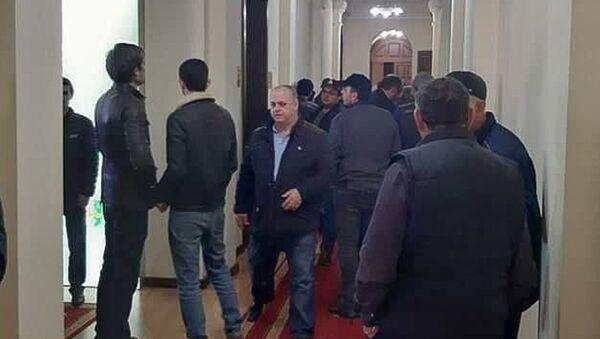 Собравшиеся у Кабмина вошли внутрь здания - Sputnik Аҧсны