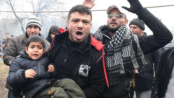 Мужчина с ребенком на границе Турции и Греции - Sputnik Абхазия